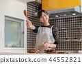 站立在廚房裡的一個少婦 44552821