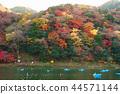 Arashiyama Togetsubashi上游区域划船,秋叶在京都,日本 44571144