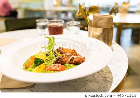 餐硌右上米飯。香辣米飯淋上虹膜,花椰菜,摺痕,冰雹肉。爬行一頓浪漫的午後晚餐。居住在該地區的美洲蘭花。 44571315