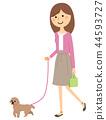 一位年輕的女士和媽媽一起走 44593727