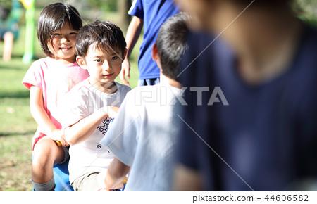 孩子們在公園裡玩 44606582