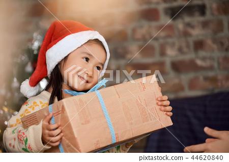 크리스마스를 즐기는 가족 44620840