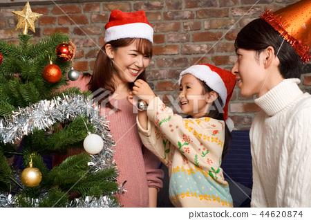 家庭享受聖誕節 44620874