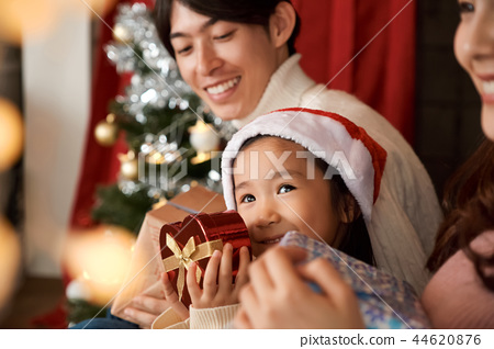 家庭享受聖誕節 44620876