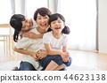 家庭父母和孩子家庭女孩 44623138