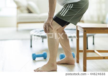 中年男子膝蓋疼痛 44624688