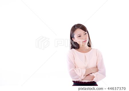 一位年輕女士認為 44637370