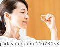 サプリメントを飲む女性 44678453
