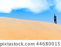Young man in casual clothes walk forward in desert 44680015