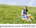 女人在戶外聽音樂 44690282