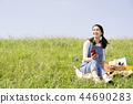 女人在戶外聽音樂 44690283