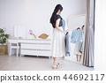 옷 선택에 망설 여성 44692117