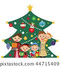 站立在聖誕樹前面的家庭 44715409
