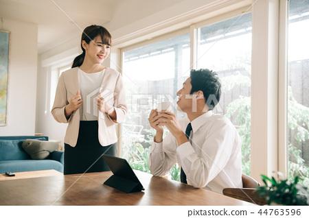 一對工作的夫婦的早晨圖像 44763596