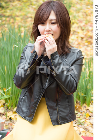 사탕을 먹는 여자 44763873