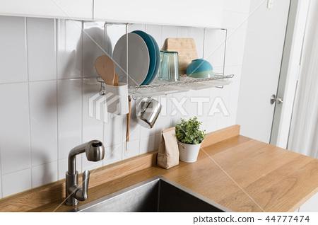 주방용품이 있는 식기 건조대 이미지, 화이트 배경의 부엌 44777474