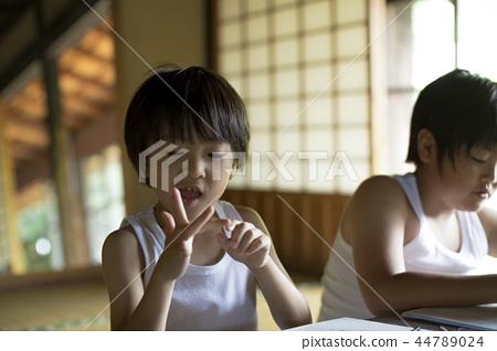 做家庭作業的男孩暑假 44789024