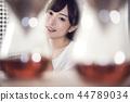 一個女人在一家咖啡館 44789034