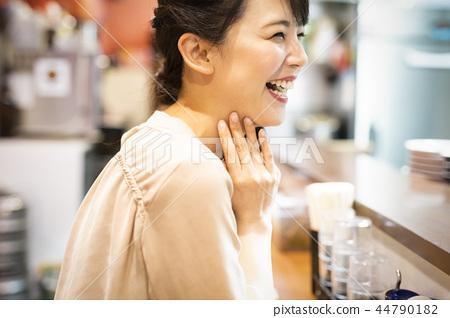 喜欢独自吃饭的女性 44790182
