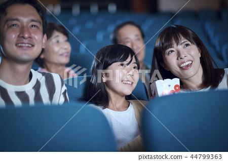 영화관에서 영화를 보는 관객 44799363