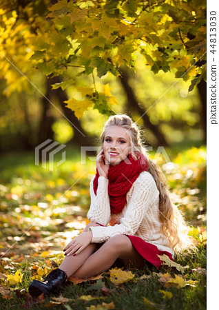 Pretty blonde girl with bouquet of yellow maple leaves 44813030