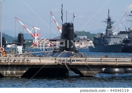 潛艇和護衛艦停泊在柏市港口 44846119