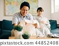สามีและภรรยาตั้งครรภ์กำลังดูเสื้อผ้าเด็กคู่หนุ่มสาวชาวญี่ปุ่น 44852408
