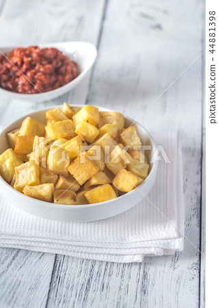 Portion of patatas bravas with sauces 44881398