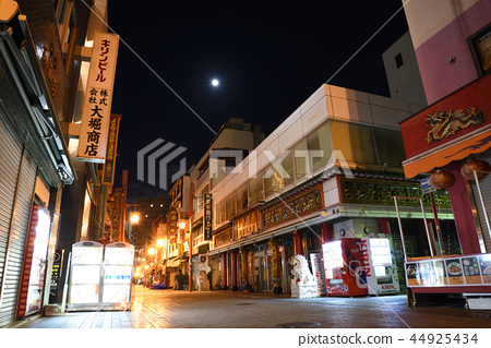 Kobe Chinatown and the Moon 44925434