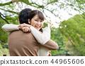 一對輕鬆的情侶在公園裡 44965606