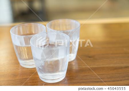 一碗水像一頓飯。湯佐杯水。水支持至關重要的物質。輕鬆健康的生活。 45043555