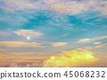 아름다운 무지개 빛깔의 저녁 하늘 45068232