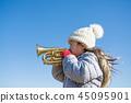 트럼펫을 연주하는 여자 45095901