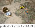 有微型男人和妇女的指南针世界地图背景的 45164893