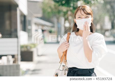 마스크를 한 비즈니스 우먼 출퇴근 30 대 여성 일본인 45193728