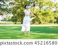ผู้หญิงกำลังสนุกกับการเต้นรำบนพื้นหญ้า 45216580