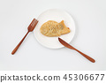 접시에 얹어 일본 화과자 붕어빵 포크 나이프 흰색 배경 45306677