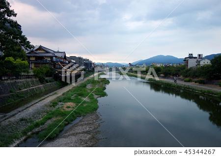 日本京都Kamogawa在日落的黃昏日本京都Kamogawa 45344267