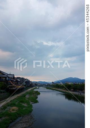 日本京都Kamogawa在日落的黃昏日本京都Kamogawa 45344268