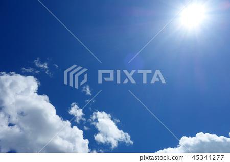太陽藍天白色雲彩太陽藍天白色雲彩 45344277