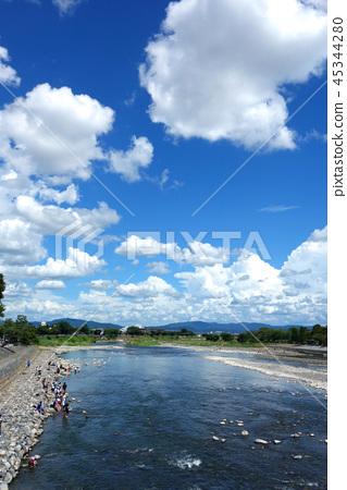 從渡月橋日本京都嵐山的日本京都嵐山桂川景觀 45344280