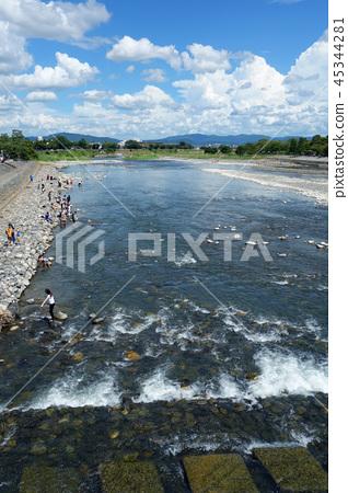 從渡月橋日本京都嵐山的日本京都嵐山桂川景觀 45344281
