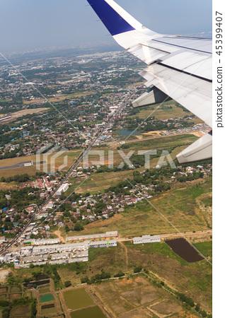 从飞机舷窗拍摄的机翼 45399407