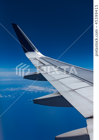 从飞机舷窗拍摄的机翼 45399415