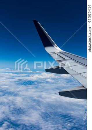 从飞机舷窗拍摄的机翼 45399416