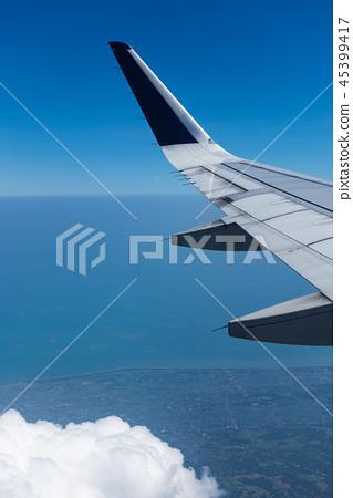 从飞机舷窗拍摄的机翼 45399417