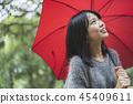 有遮阳伞的妇女 45409611