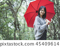 有遮陽傘的婦女 45409614