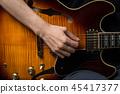 彈吉他的婦女的手 45417377