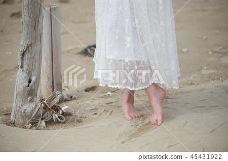 여인,여자,한사람,한여자,바다,바닷가,해변,모래사장,기다림,모래,느낌 45431922